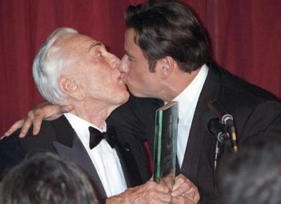 kirk-douglas-and-john-travolta-kiss.jpg